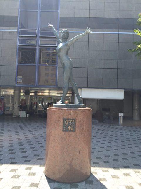西葛西駅前の躍銅像正面